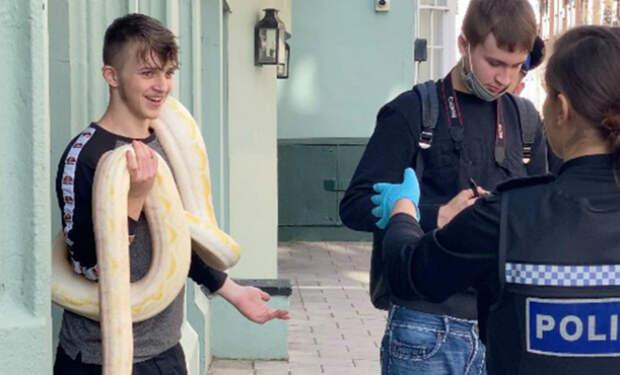 Мужчина решил погулять с домашним животным и вывел на улицу пятиметрового питона