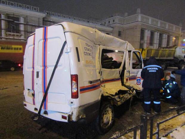 Грузовик протаранил автомобиль Поисково-спасательной службы в Ижевске: пострадали 4 человека