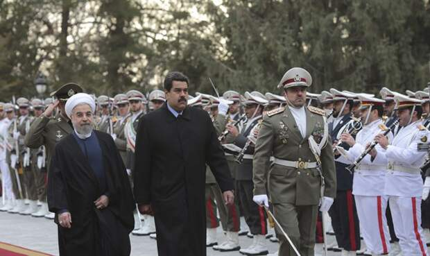 Президент Венесуэли Николас Мадуро (по центру) в Иране. (Архив)