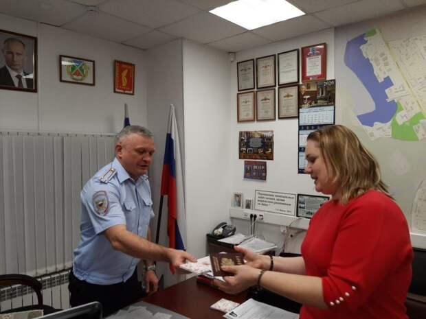 Руководство ОВМ ОМВД России по Войковскому району вручило женщинам поздравительные открытки