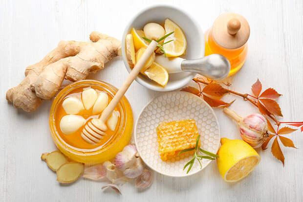 Чеснок, мед, витамин D — что изэтого укрепляет иммунитет, а что нет?