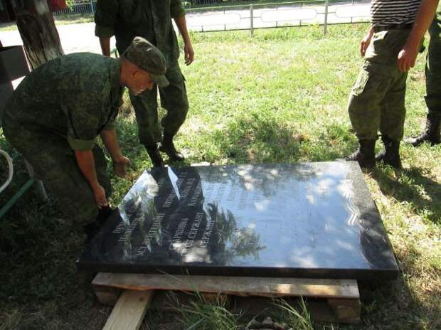 Под прицелом ВСУ: как восстанавливали памятник набратской могиле