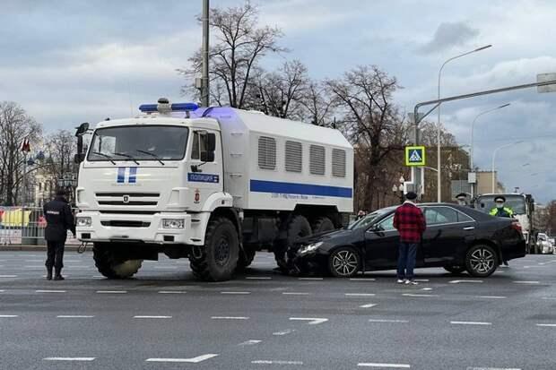 Автозак попал в аварию на Пушкинской площади в центре Москвы