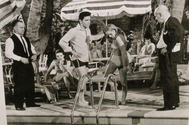 """Элвис Пресли и Урсула Андресс на съемках фильма """"Вечеринка в Акапулько"""" 1963 год."""