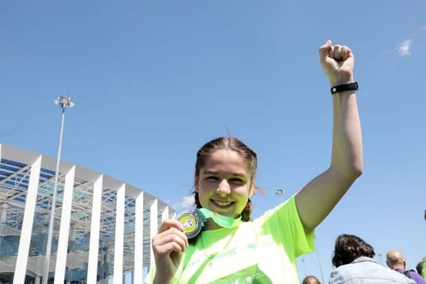 На финише «Зеленого марафона» бегунам вручали медали, воду и бананы
