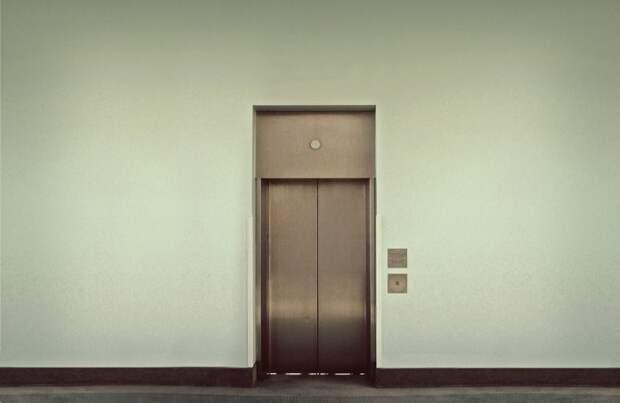 Работу лифтов в доме на Кронштадтском приостановили из-за ремонта