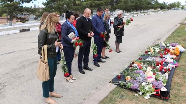 К импровизированному монументу на площади им.Ленина в Бахчисарае желающие почтить память погибших в казанской школе возлагают цветы и игрушки
