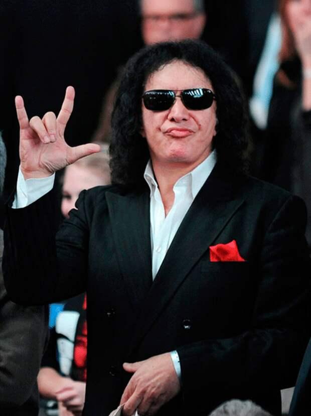 Фронтмен группы Kiss решил запатентовать рокерскую «козу»
