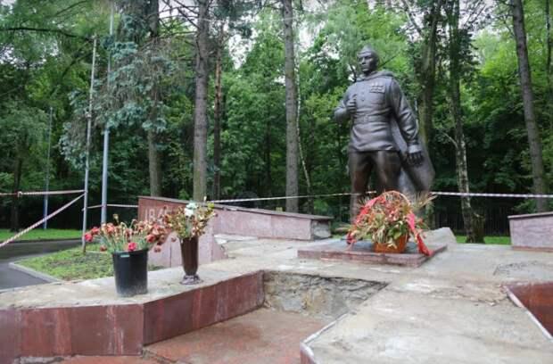 Толстой призвал оперативно отреставрировать памятник воину-освободителю в Кузьминках