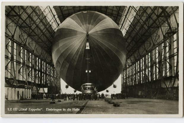 Graf Zeppelin (LZ-127) в эллинге. Немецкая открытка, июль 1936 года