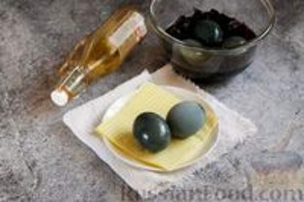 Фото приготовления рецепта: Пасхальные яйца, окрашенные каркаде - шаг №6