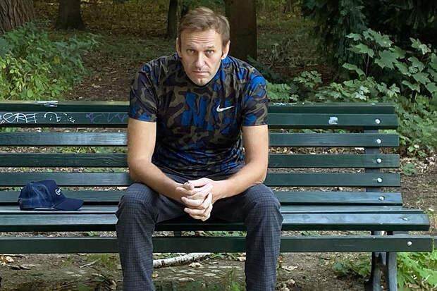 Навальный поблагодарил пилотов и врачей скорой за спасение жизни