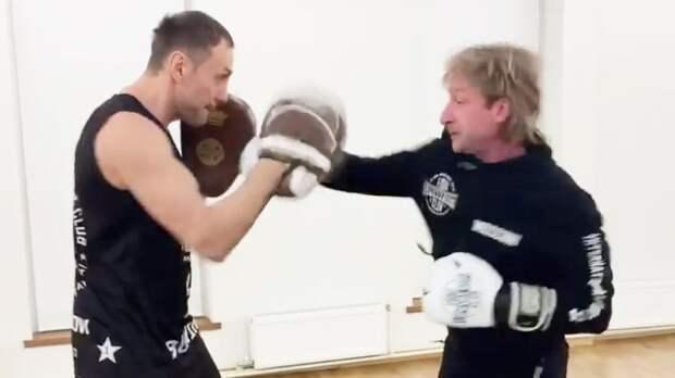 «Не знаю, кто там и как, а мы с Саней работаем». Плющенко показал, как боксирует с чемпионом мира Липовым