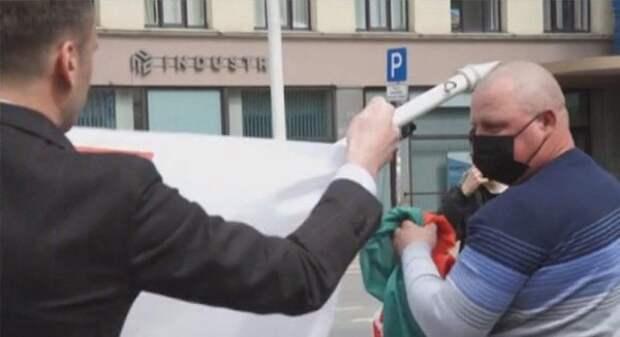 Осквернением государственного флага руководил сотрудник посольства США