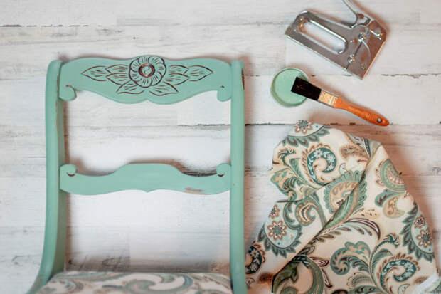 Чтобы облагородить старый стул, потребуется краска по дереву, ткань и мебельный степлер