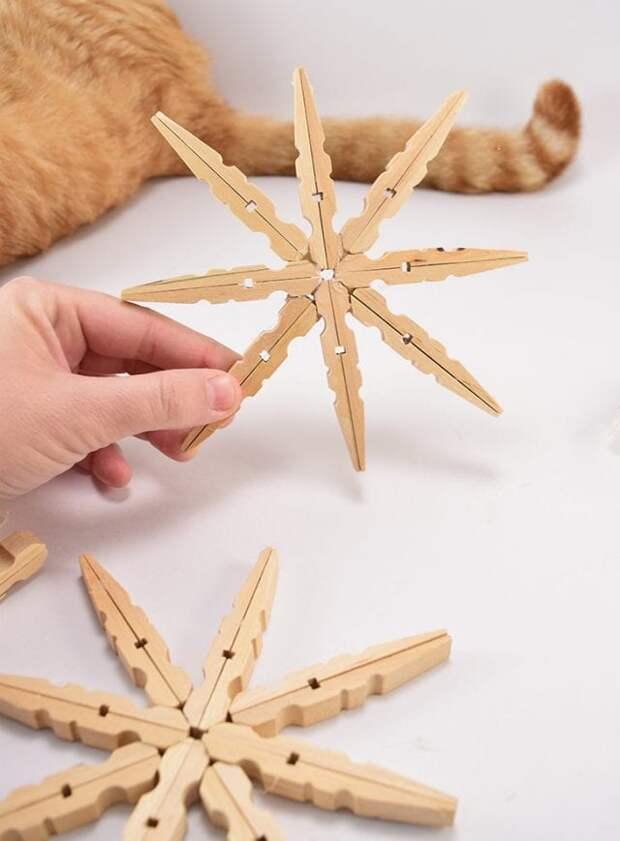 Прекрасное украшение для новогодней елочки из самого простого материала