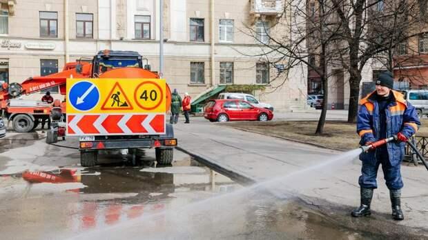 Почти 600 машин убирают улицы Петербурга в понедельник