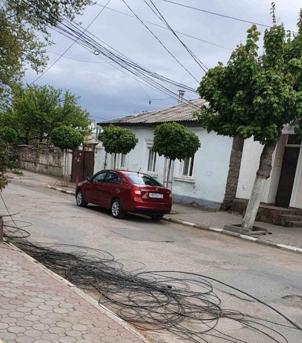 В Симферополе местные жители жалуются на разбросанные провода на одной из улиц