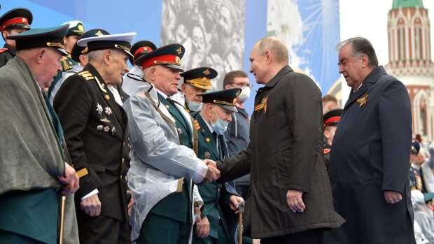 Владимир Путин позаботился о замерзшем на параде ветеране