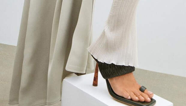 Сандалии и босоножки с ремешком на один палец — самая модная пара сезона