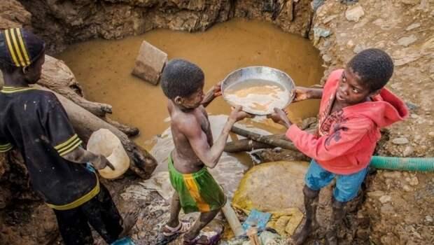 Африка, Демократическая Республика Конго. Дети добывают кобальт, используемый в гаджетах, на которых сколачивается прибыль крупнейших «высокотехнологичных» корпораций вроде Apple, Samsung и Google
