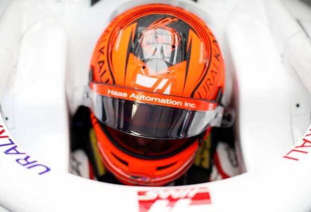 Никита Мазепин изменил дизайн шлема в честь Дня Победы. Фото