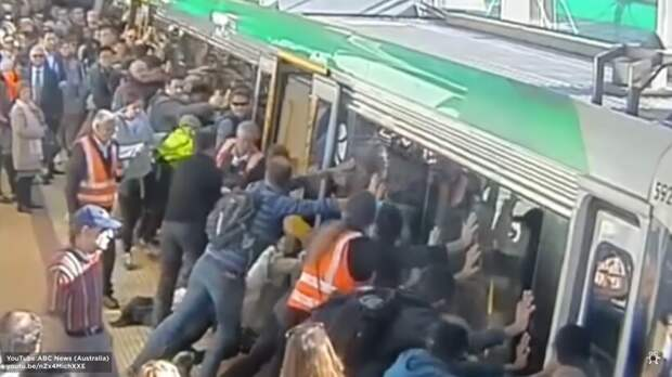 Видео: Как пассажиры метро наклонили вагон — невероятные примеры командной работы