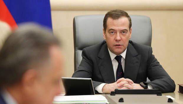 Страдать и плакать: Медведев призвал не радоваться Новому году