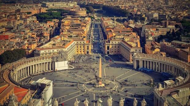В Риме туристам запретили гулять с голым торсом и вешать «любовные замки»