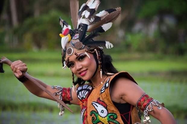 Девушка из племени даяков знает, что у тебя нет ампалланга.