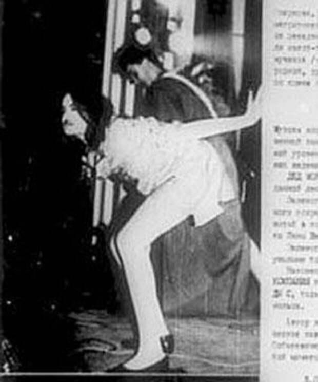 Одна из самых активных участниц группы, Дунечка, подражая во всем своему кумиру - немецкой панк-диве Нине Хаген, - с удовольствием показывала со сцены голый зад...