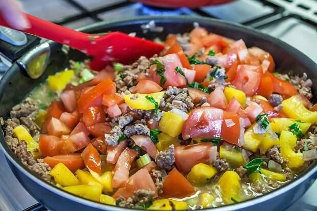 Сковороду нельзя заполнять доверху разными продуктами. / Фото: goodfon.ru