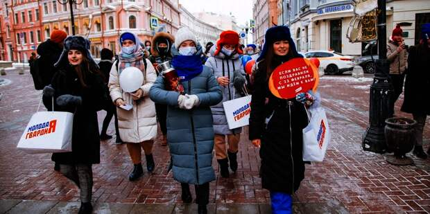 300 девушек прошли маршем по Арбату, поздравляя мужчин с праздником 23 февраля
