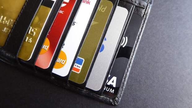Каждый десятый российский школьник сообщал данные банковской карты незнакомцу