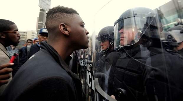 негр и полицейский.jpg