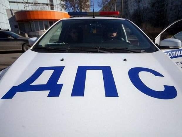 В Москве грузовик врезался в фонарь и перевернулся