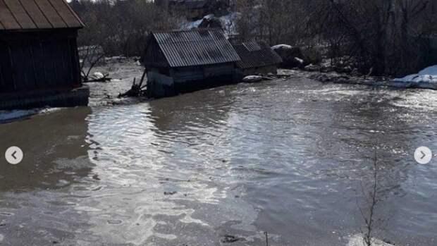 Мэр Кызыла подарил пострадавшей от наводнения женщине резиновые сапоги