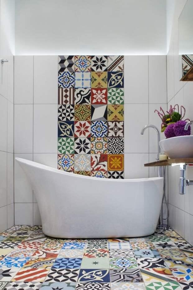 Мозаичный кафельный пол и часть стенки в ванной