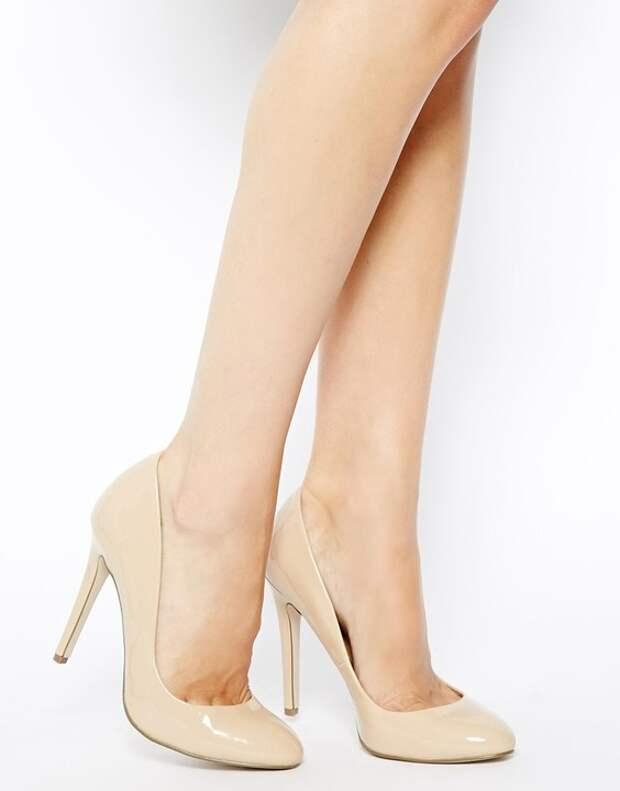 Лодочки цвета nude, в принципе, основа основ базового гардероба. Пригодятся они и крупным девушкам — «телесные» туфли удлинят ноги и сделают вас зрительно стройнее