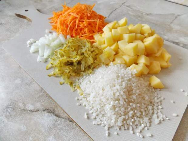 Почистите и нарежьте овощи, промойте рис