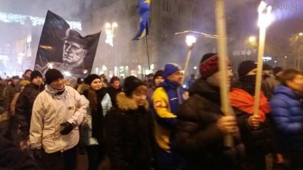 Тысячи нацистов прошли по Киеву с факелами, обещая убивать русских и сжечь Кремль