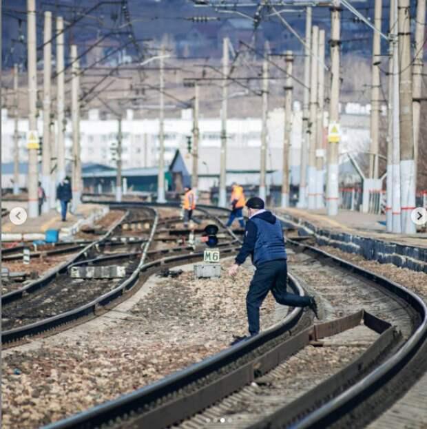 «Люди продолжают бегать где попало»: фотограф призвал красноярцев правильно переходить железную дорогу