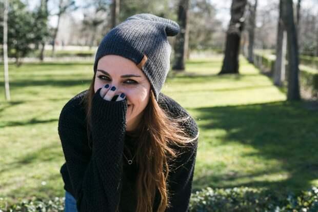 Счастливая стильная девушка смеется над камерой | Бесплатно Фото