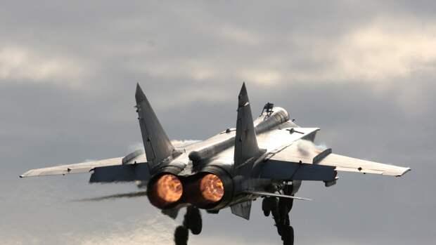 Экипажи МиГ-31БМ провели ракетные стрельбы над акваторией Тихого океана
