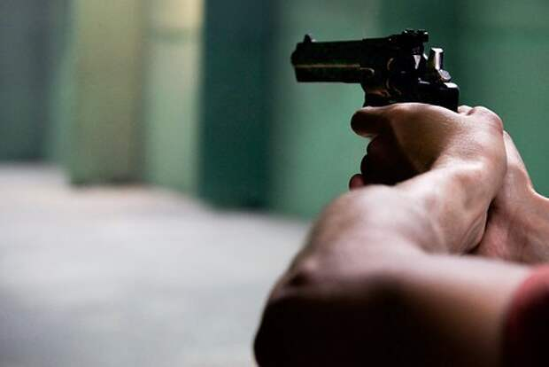В доме на Челобитьевском мужчина выстрелил в сына своей сожительницы
