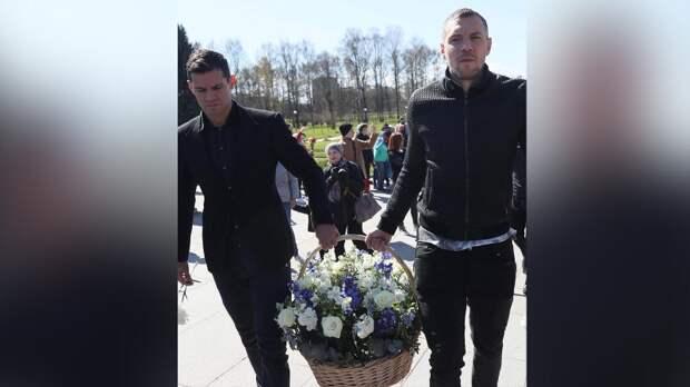 Футболисты «Зенита» возложили цветы к Пискаревскому мемориалу в День Победы