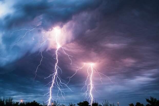 молния ударяет в землю