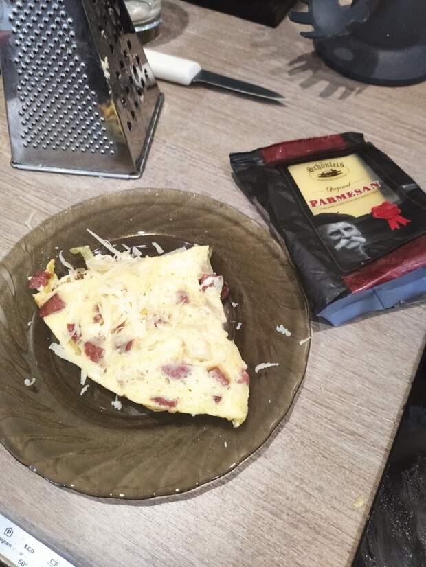 Фото к рецепту: Омлет с копченой колбаской и пармезаном