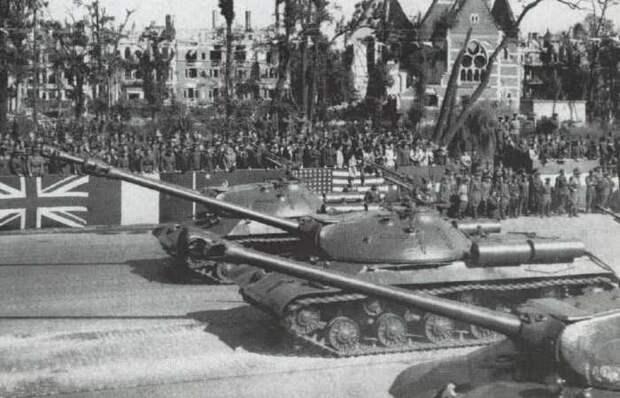 Война только начинается: зачем Советский Союз показал на параде в Берлине танки ИС-3