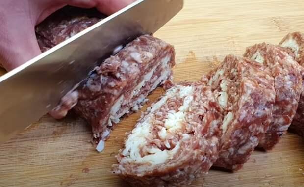 Сворачиваем фарш в колбасу и кладем в морозилку. Далее готовится 5 минут: просто жарим как котлеты